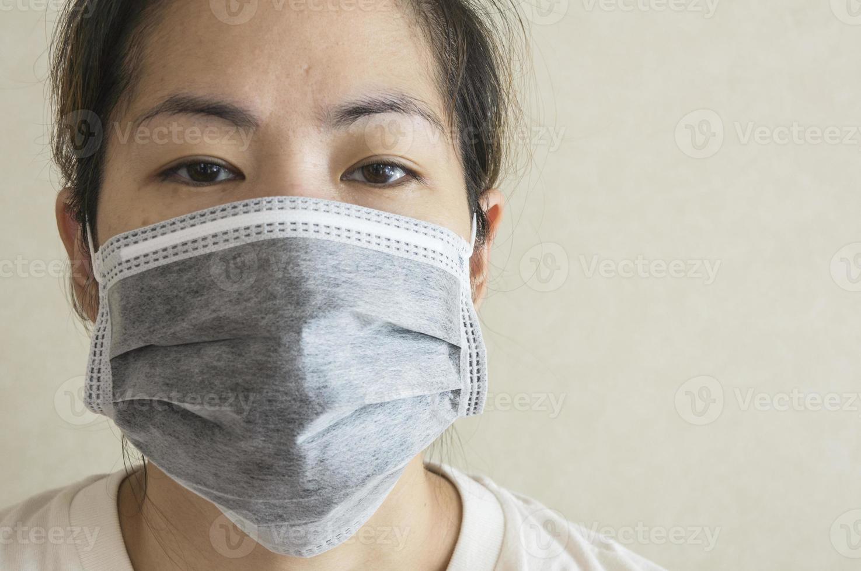 mujer enferma somnolienta máscara gripe concepto de salud fría foto
