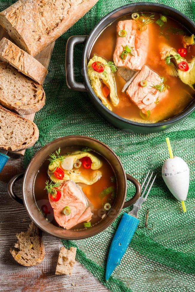 sopa de pescado con eneldo y guindilla foto