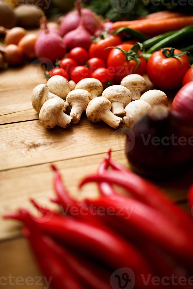vegetales orgánicos saludables sobre un fondo de madera foto
