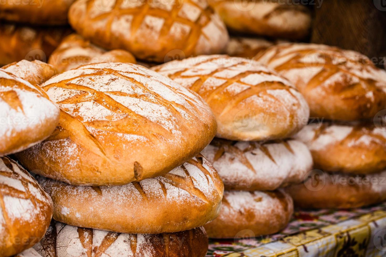 Pan tradicional en el mercado de alimentos polaco, Cracovia, Polonia. foto