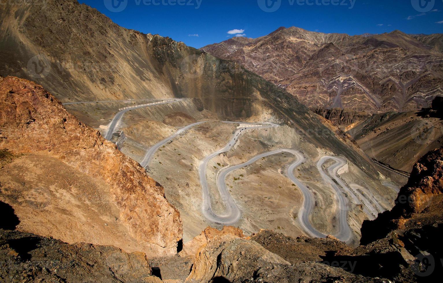 kronkelende woestijnweg foto