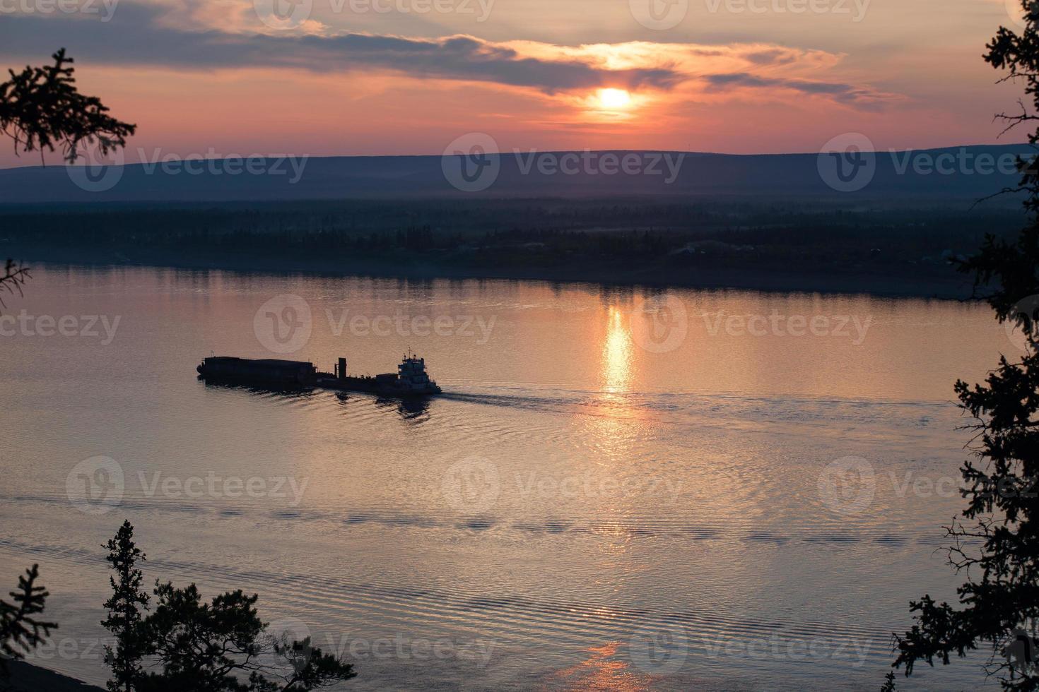 barcaza con carga subiendo el río. foto