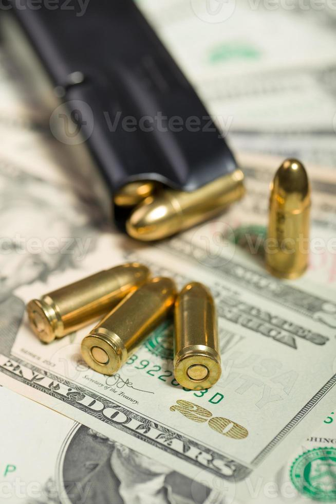 bala en billetes de dólar estadounidense foto
