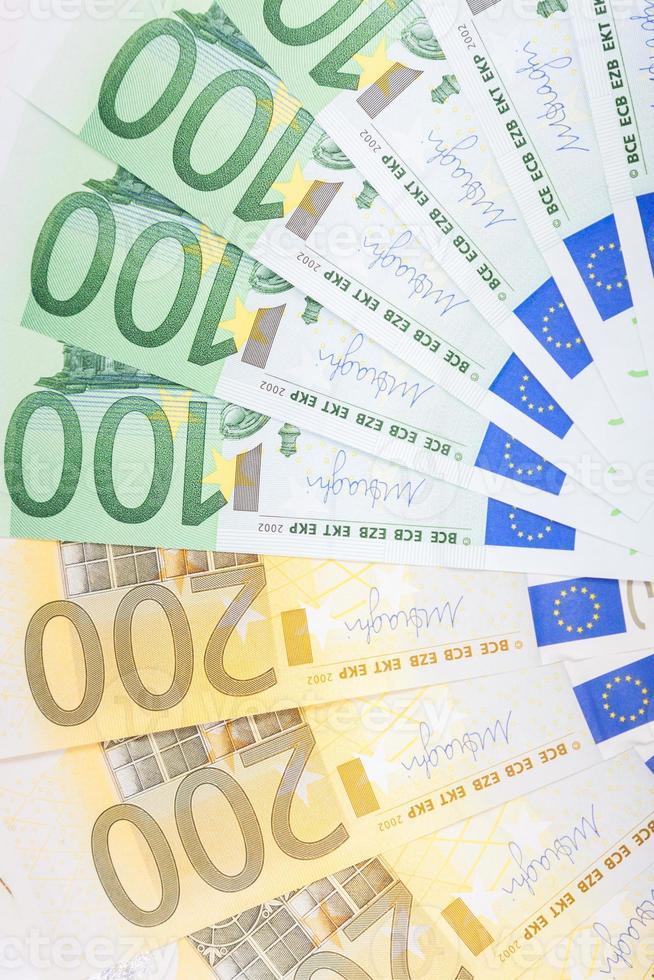 billetes en euros repartidos por el suelo - moneda europea foto