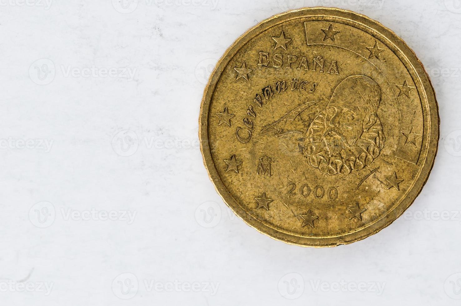 Moneda de 50 céntimos de euro con el aspecto usado en la parte trasera de espania cervantes foto