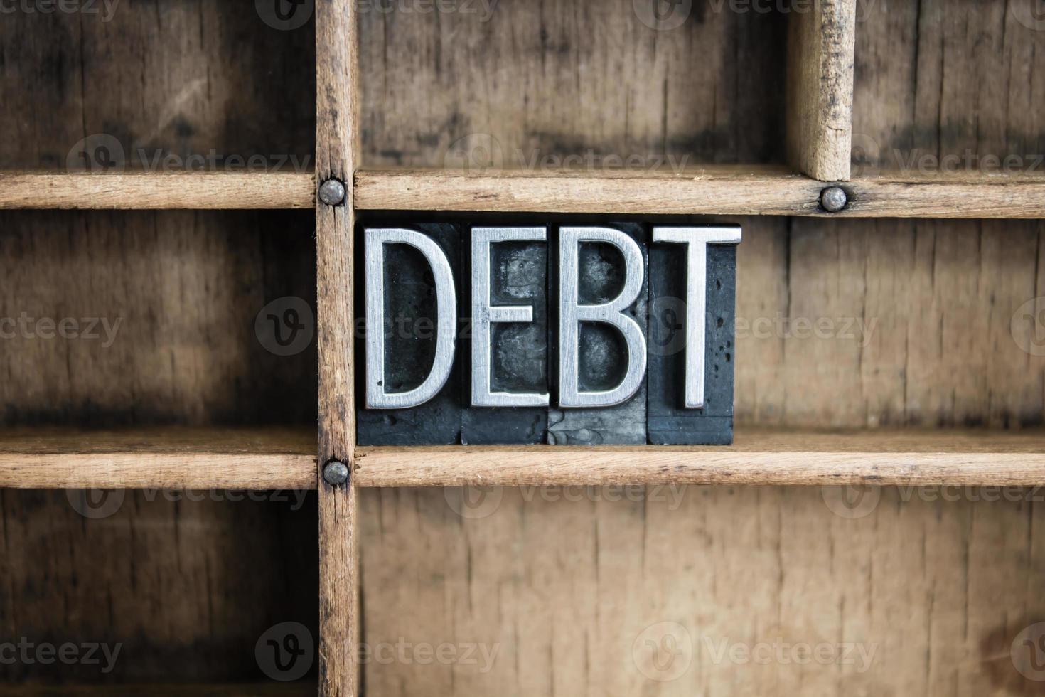 Palabra de tipografía metálica de concepto de deuda en cajón foto