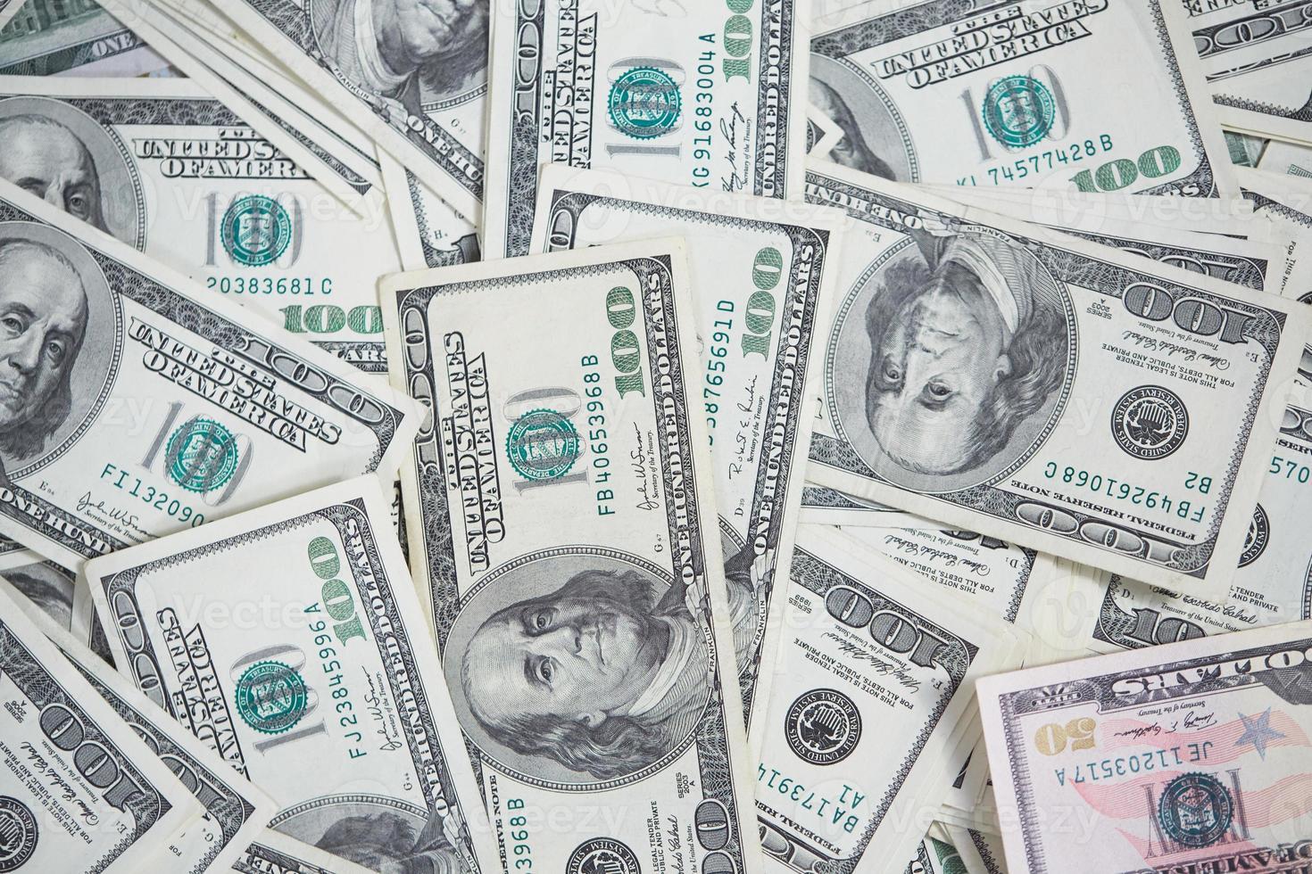 dinero de manera caótica en el piso foto