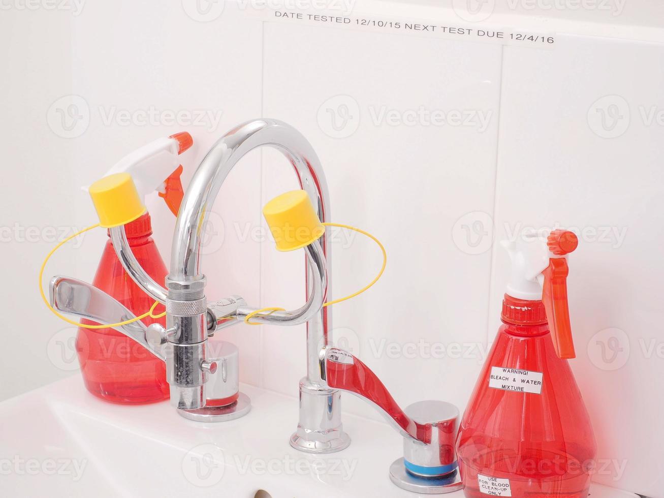 fregadero médico especializado con accesorios para lavado de ojos foto