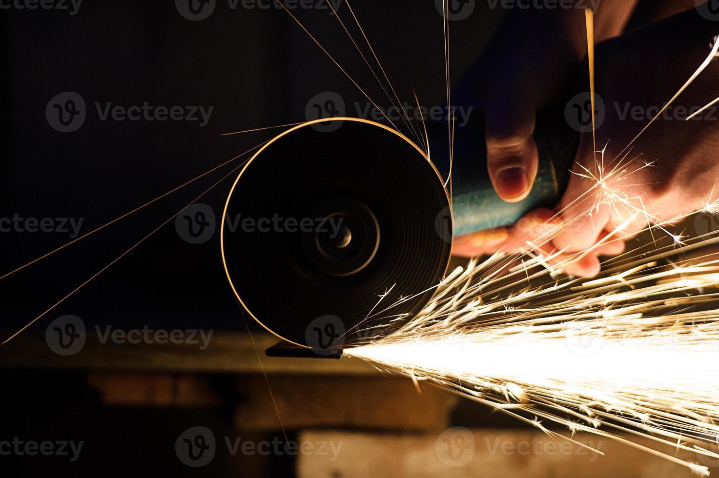 Rectificado de metal en tubo de acero de cerca foto