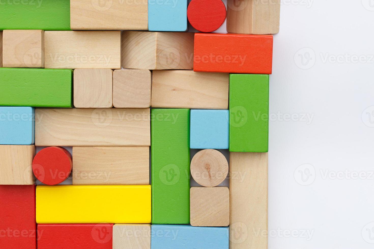 bloques de construcción de madera aisladas sobre fondo blanco foto