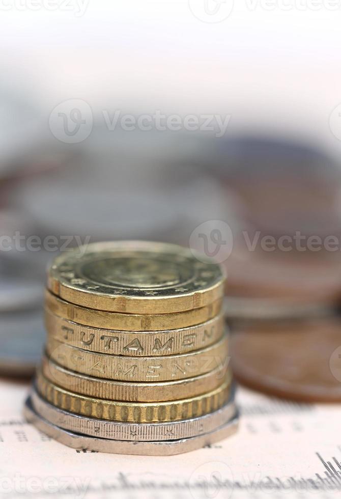 moedas na página de negócios foto