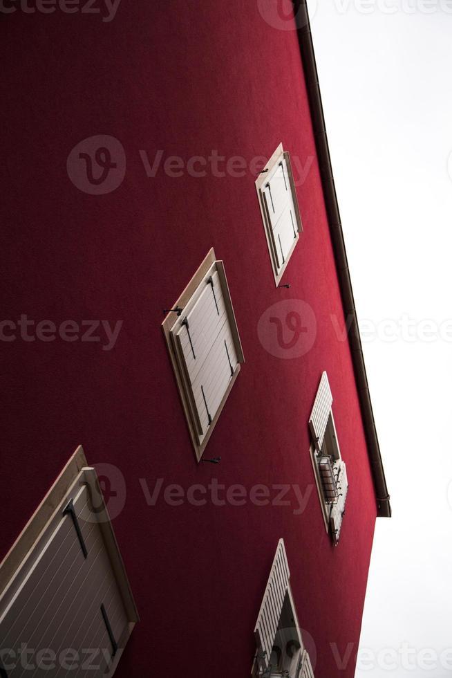edificio rojo en croacia foto