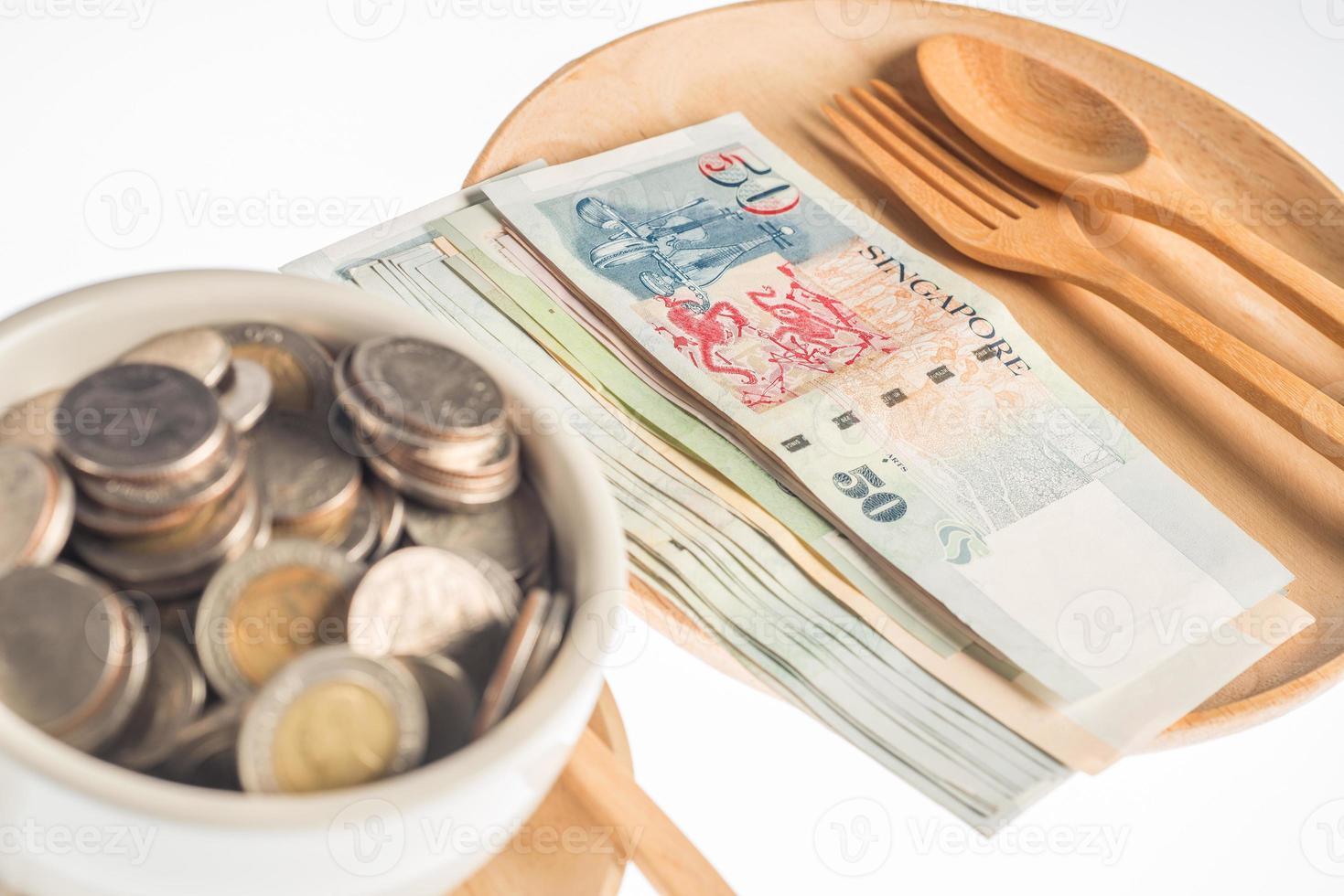 a moeda na madeira em fundo branco foto