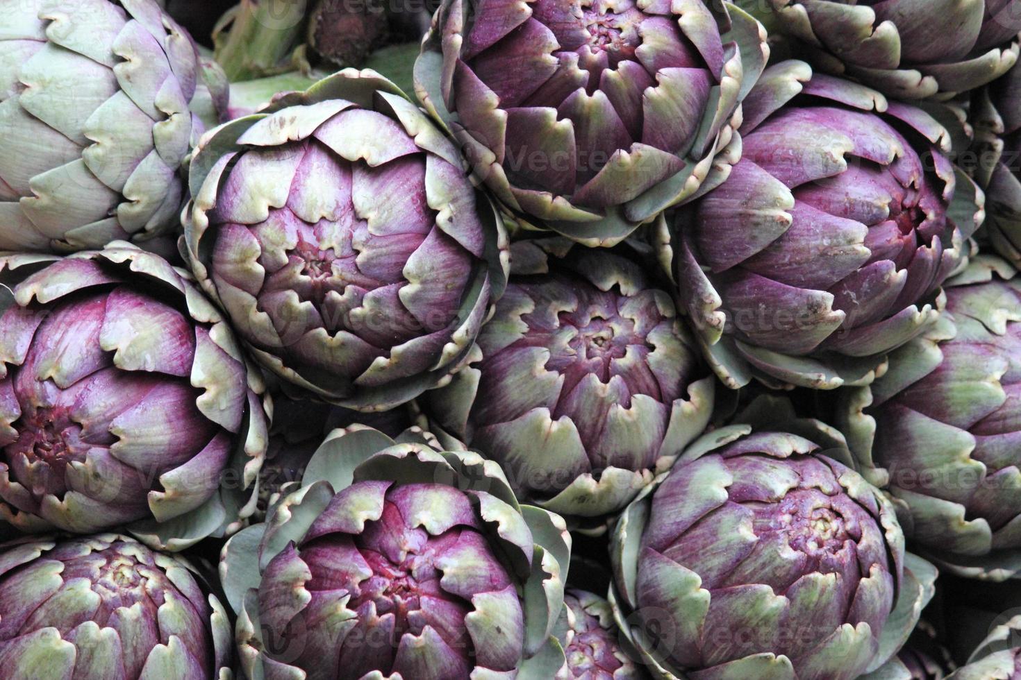 alcachofas frescas en el mercado en primavera foto