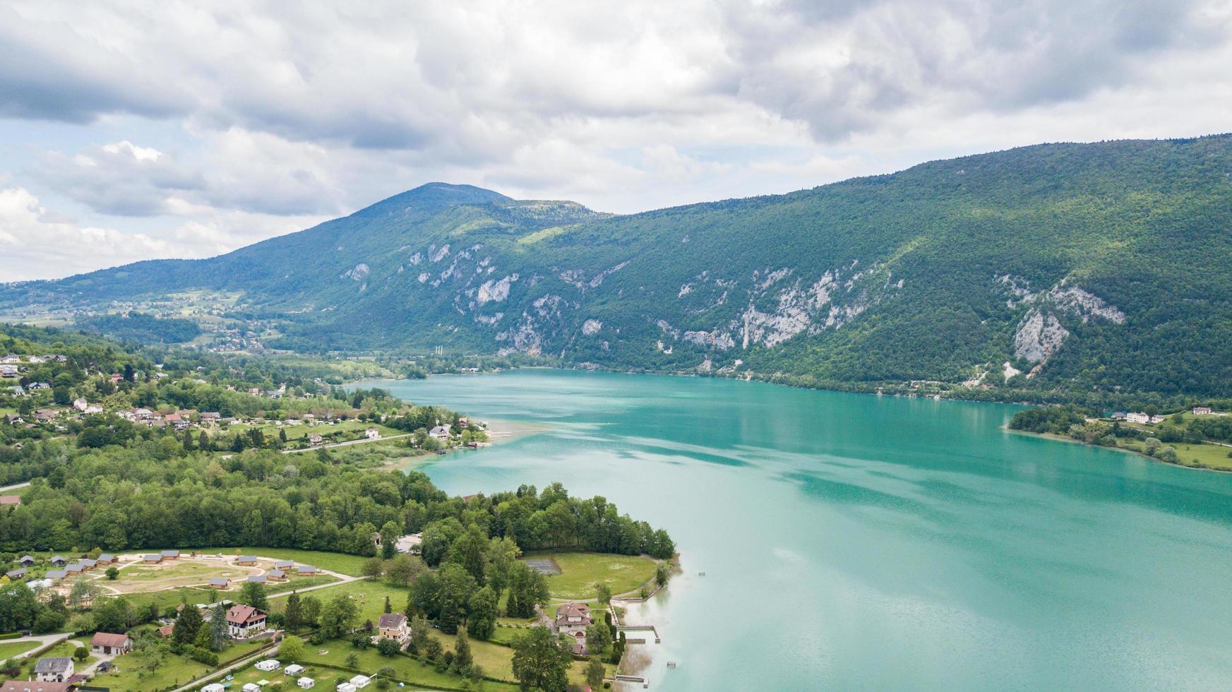 Vue sur le paysage marin du lac Aiguebelette en Savoie, France photo