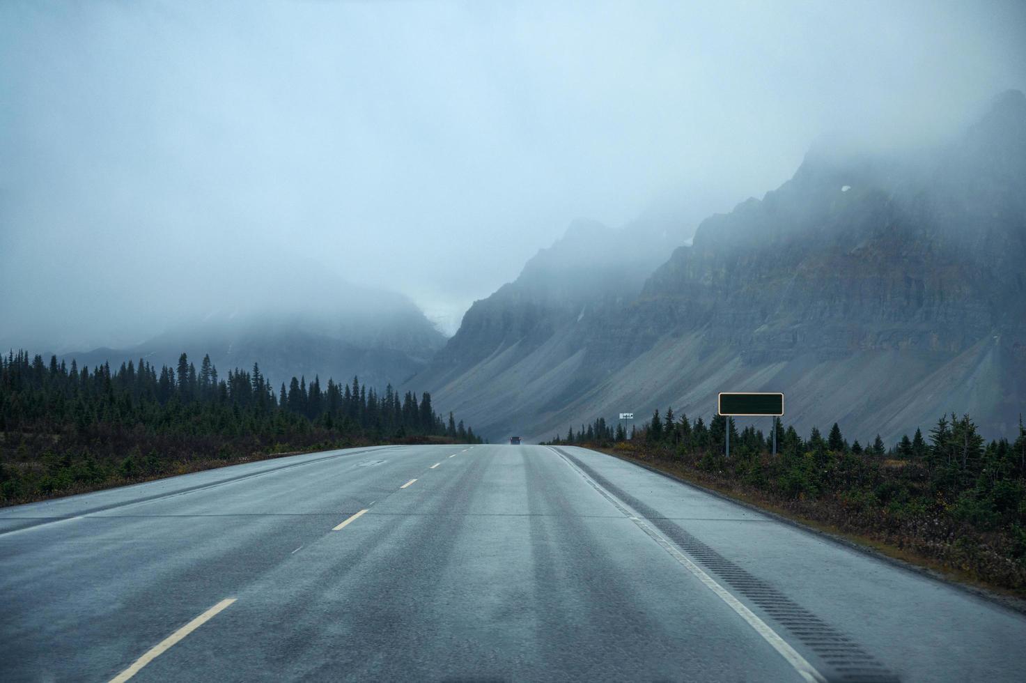 schilderachtige roadtrip door de rotsachtige bergen foto