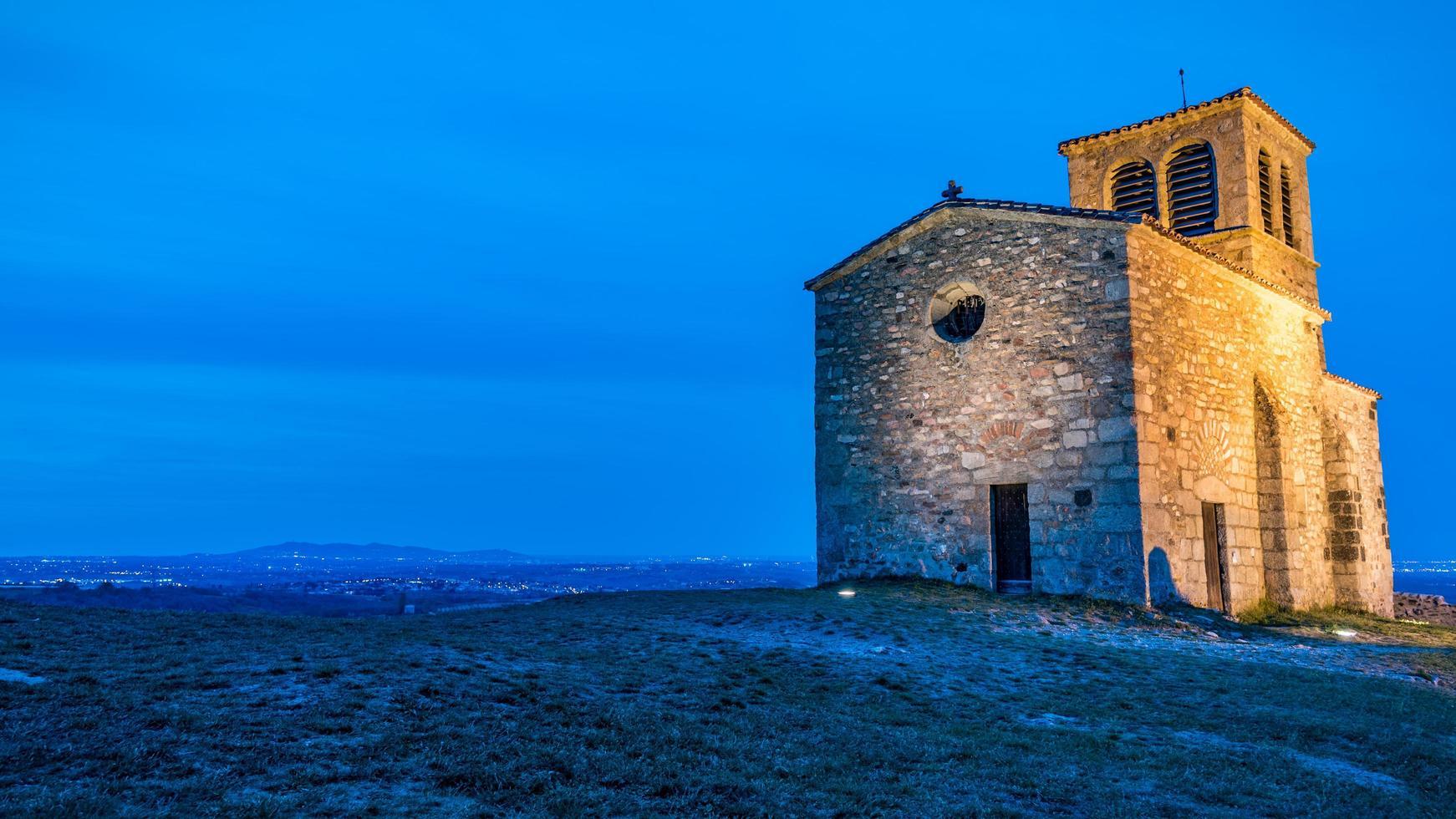 Vista de la hora azul de la capilla de San Vicente en Saint-Laurent d'agny en Francia foto