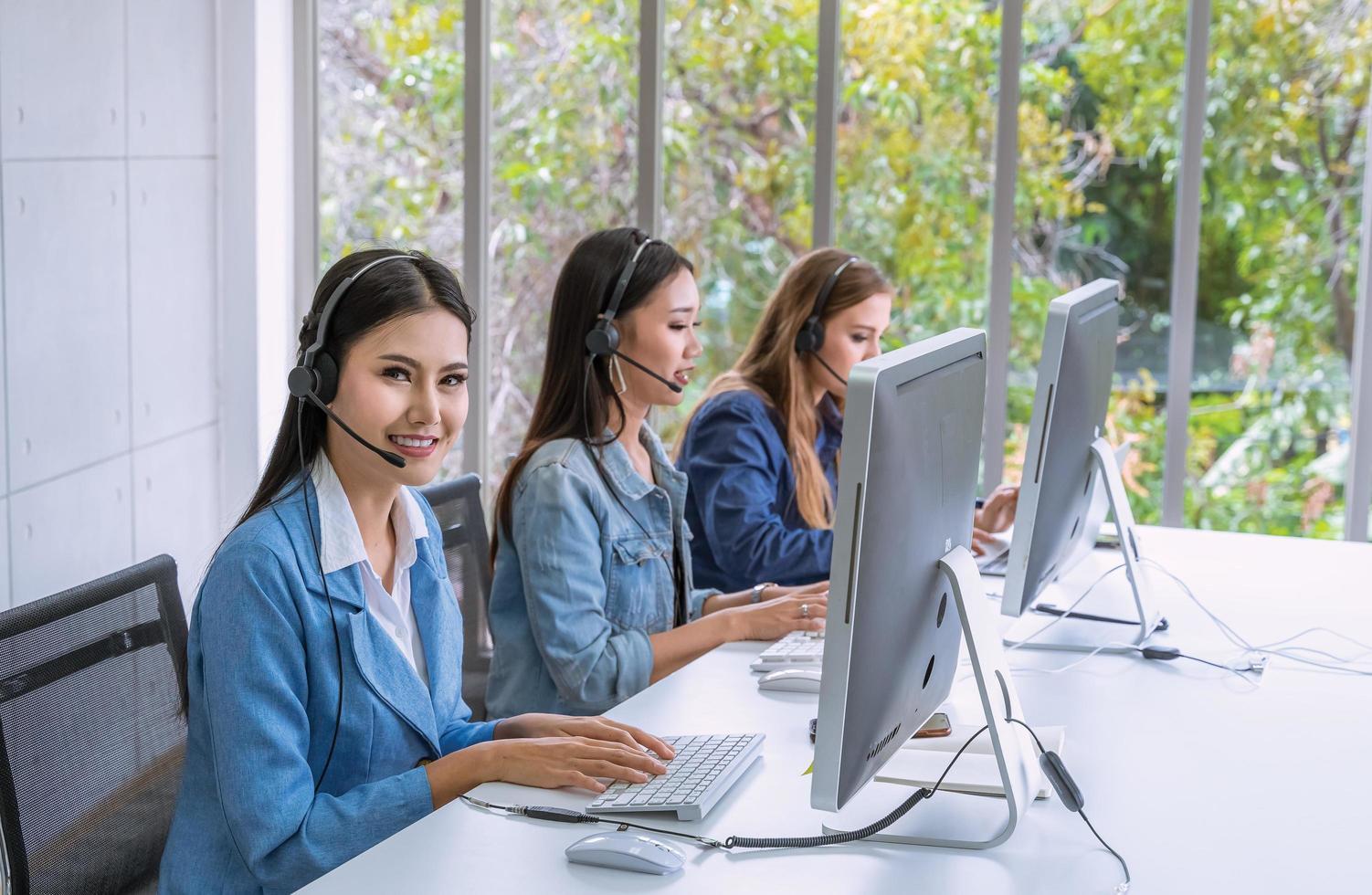 jonge professionals die werken in een kantoor foto
