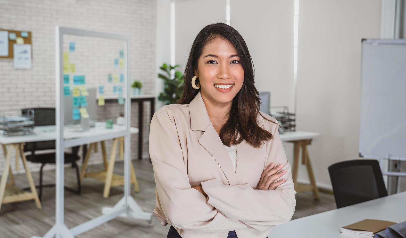 Retrato de una mujer de negocios asiática en un lugar de trabajo moderno foto