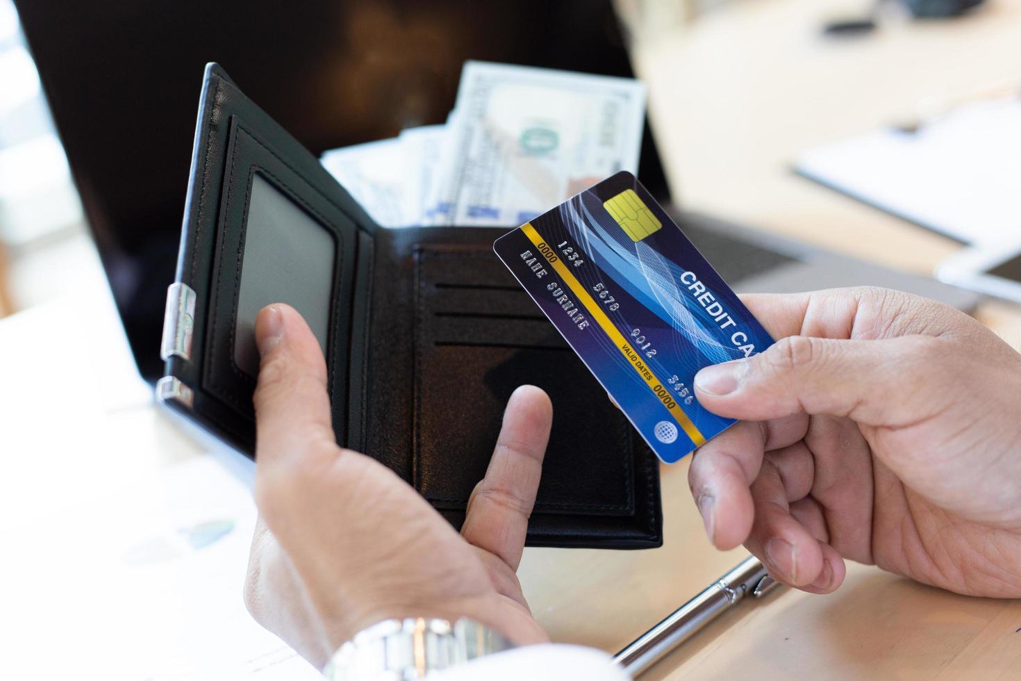 pessoa de finanças usando cartão de crédito no trabalho foto