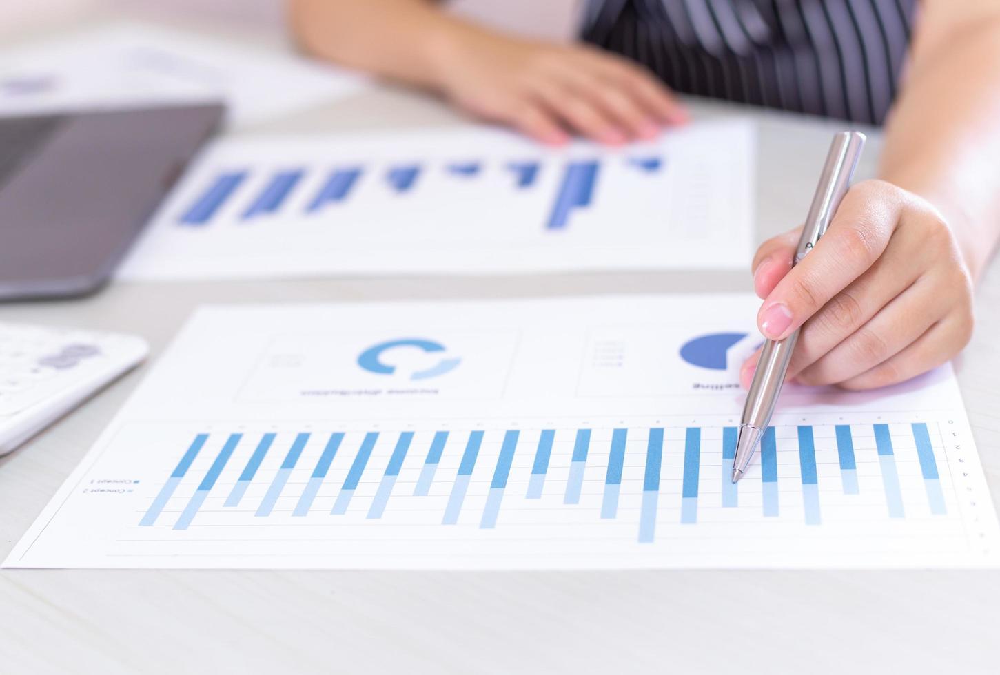 trabajador financiero analiza la tabla de crecimiento en el trabajo foto