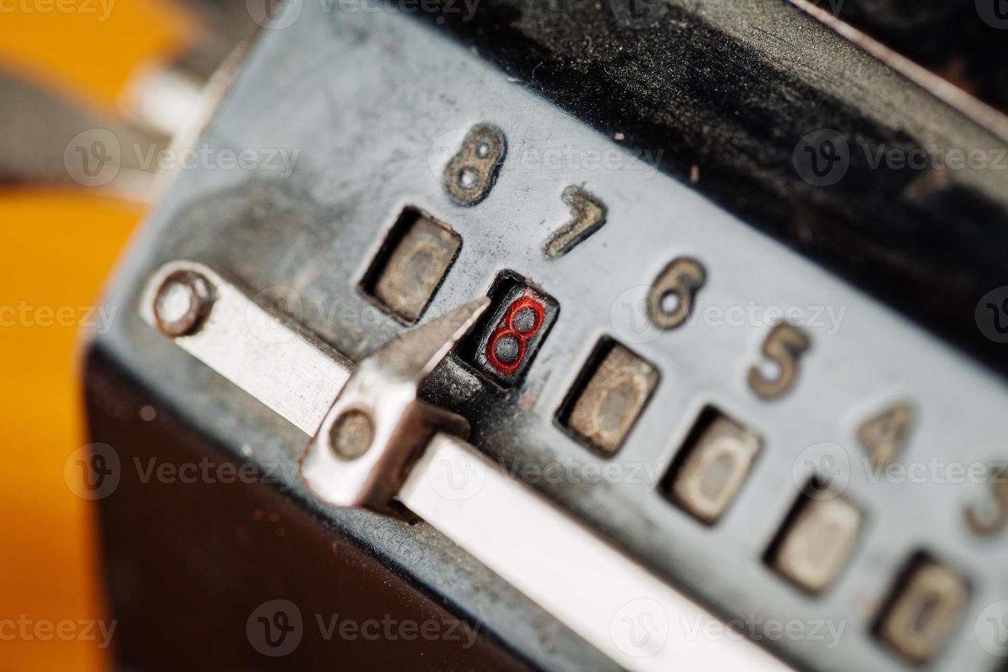 Máquina de conteo manual mecánica vintage para cálculo matemático foto