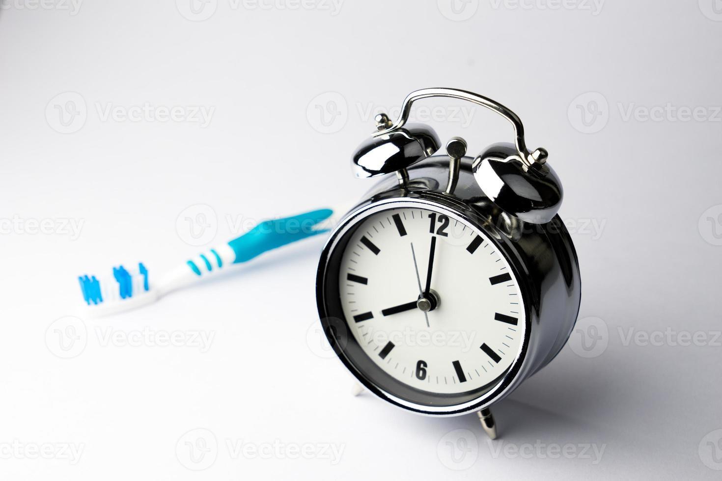 Despertador de metal, hora de despertarse, sobre fondo blanco. foto