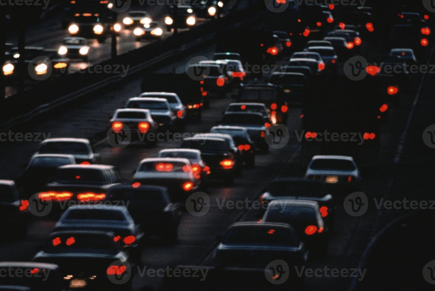 tráfico urbano nocturno foto