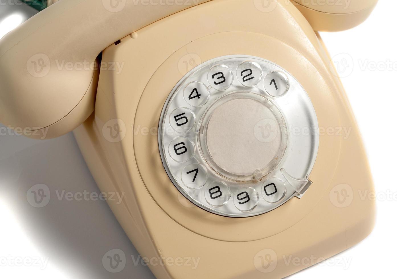 Retro teléfono amarillo aislado sobre fondo blanco. foto