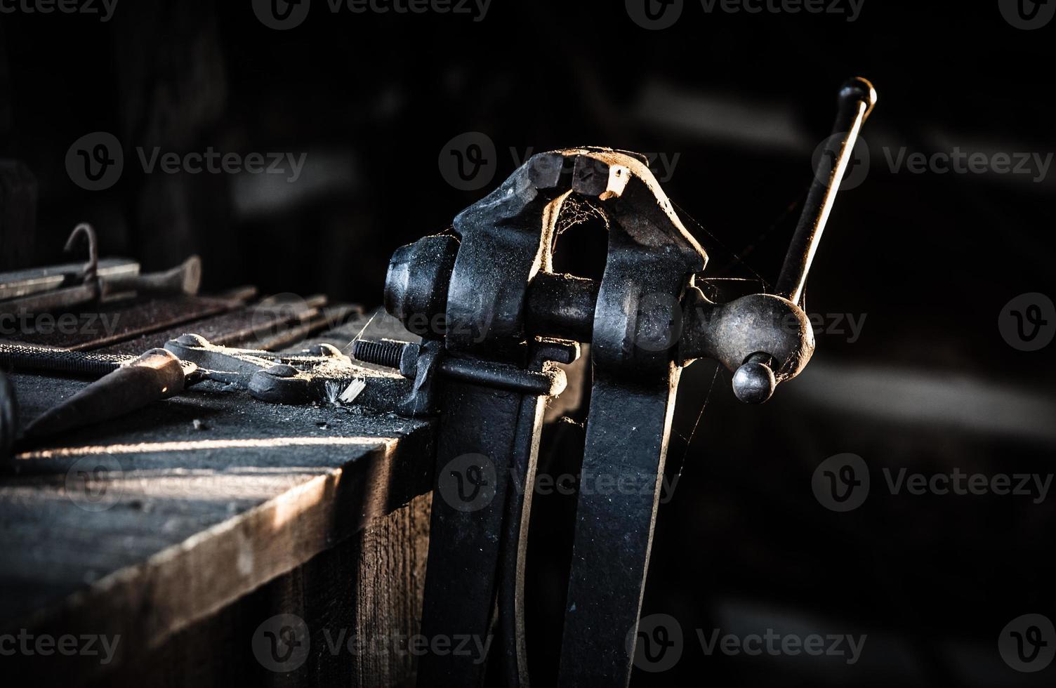 tornillo de banco antiguo en herrería foto