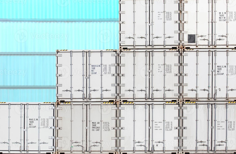 pila colorida de envío de contenedores en el astillero foto