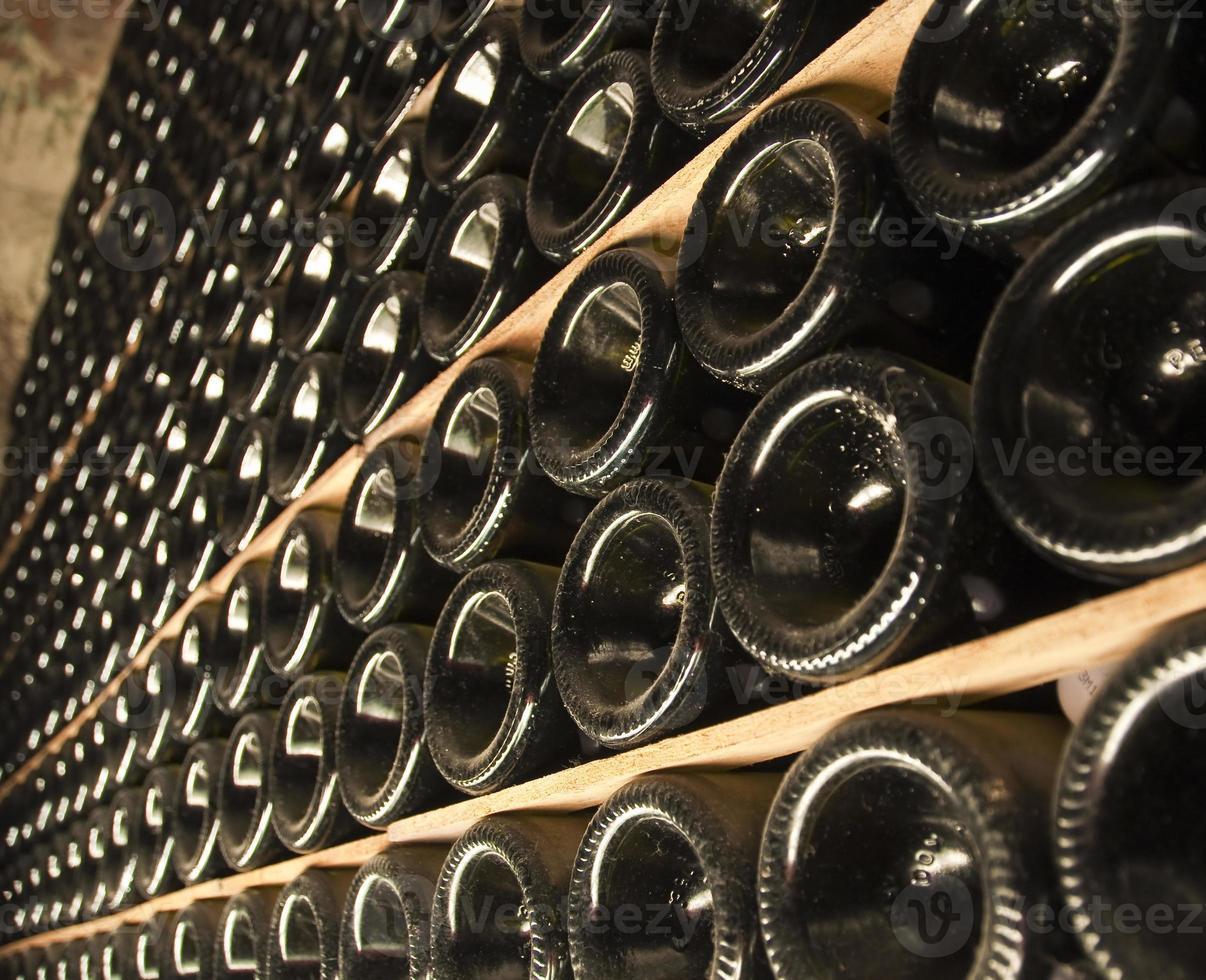 botellas de vino en una bodega foto