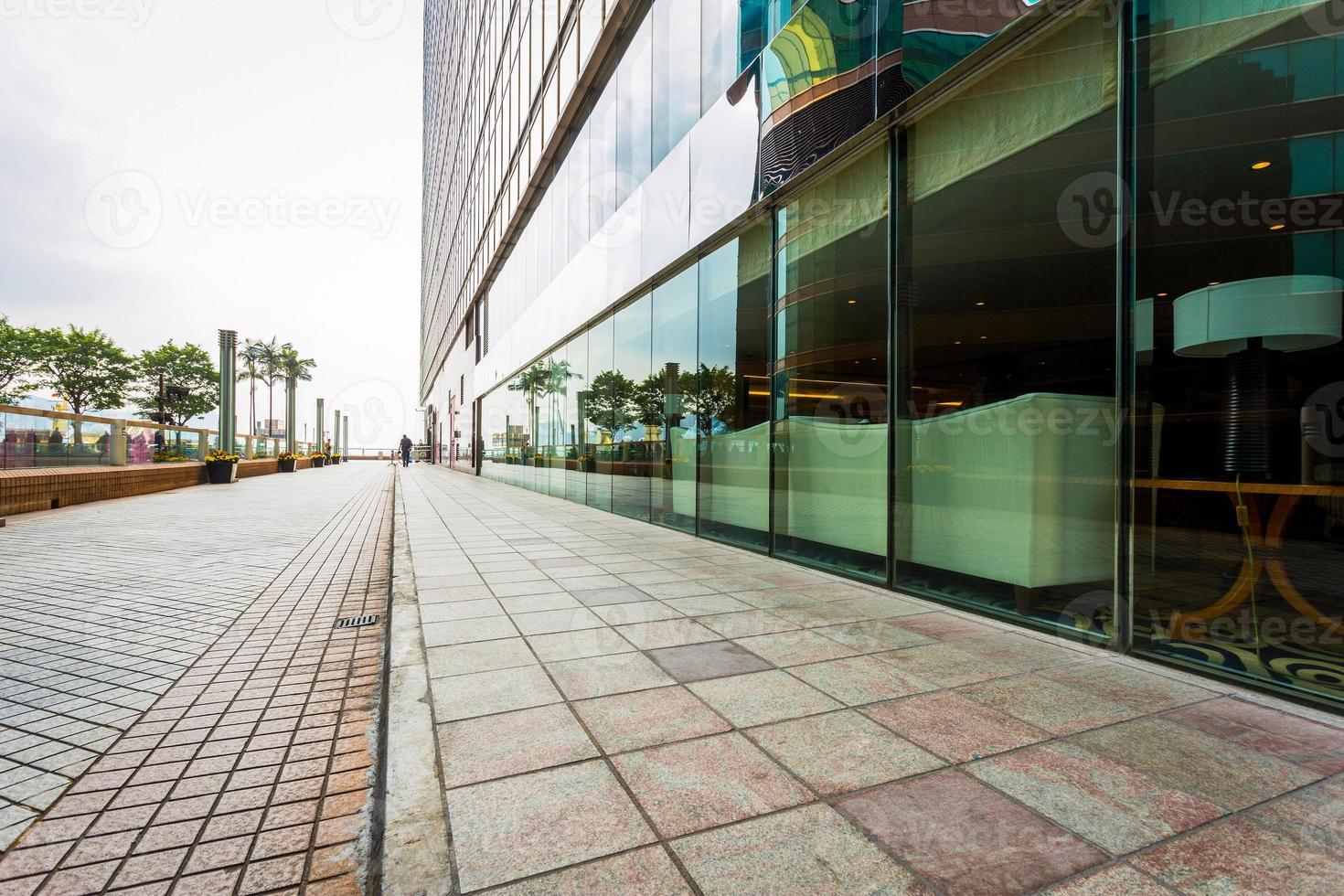 moderno edificio comercial con carretera vacía foto