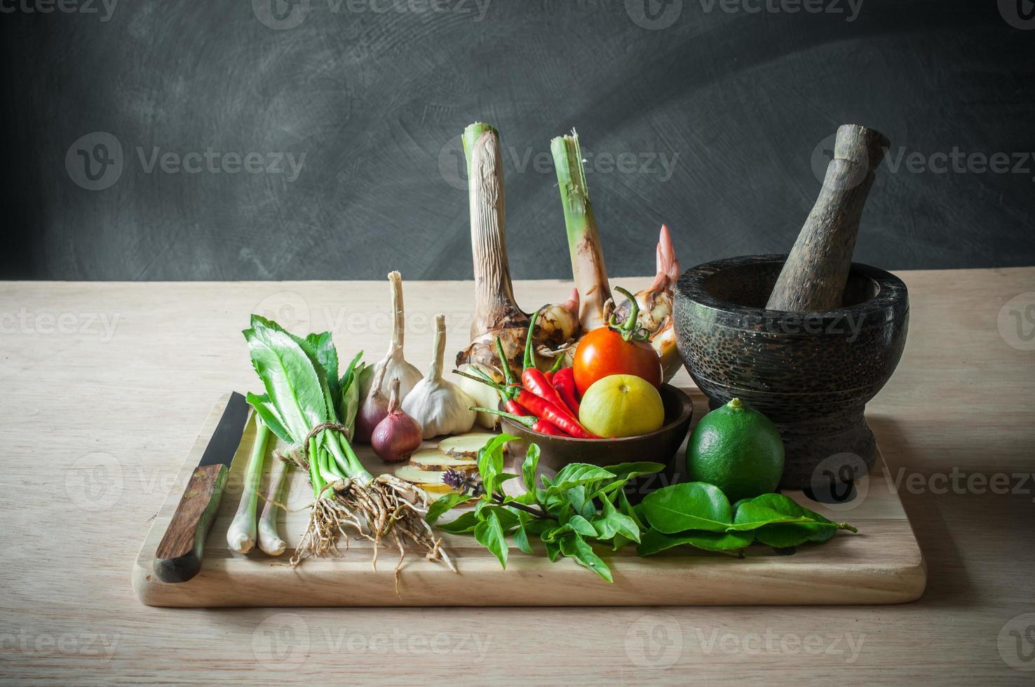 Bodegón de comida vegetal y objeto de herramienta de cocina foto