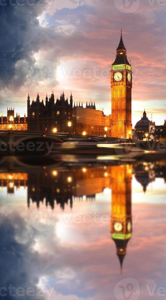 famoso big ben en la noche con bridge, londres, inglaterra foto