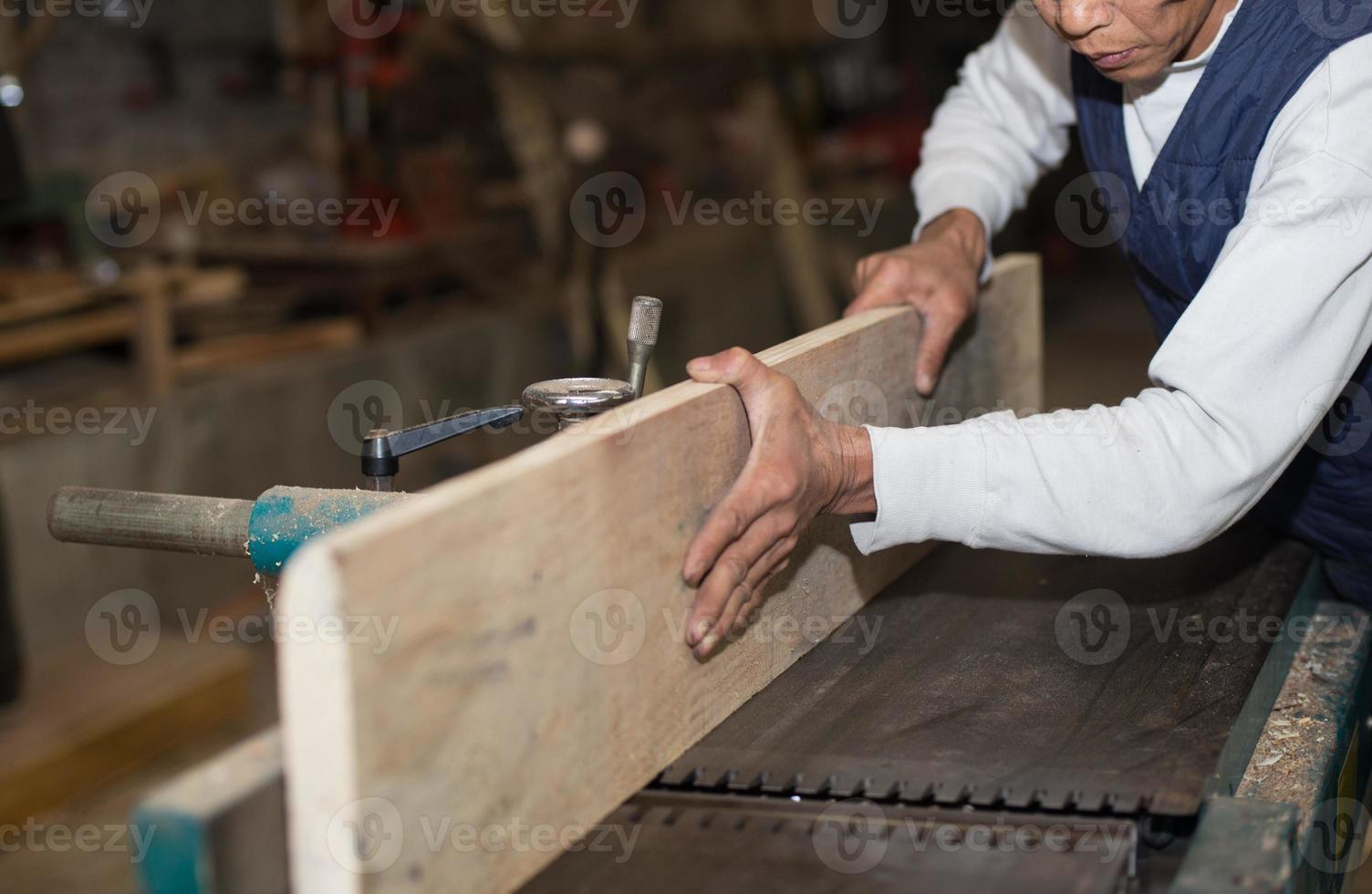 carpintería. carpintero trabajando en su taller foto