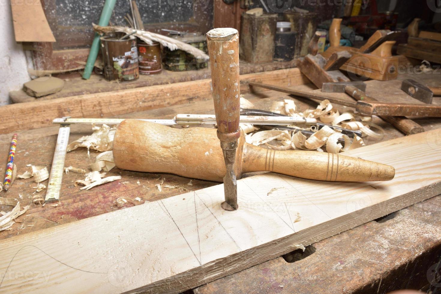 carpintero trabajando con avión en madera foto