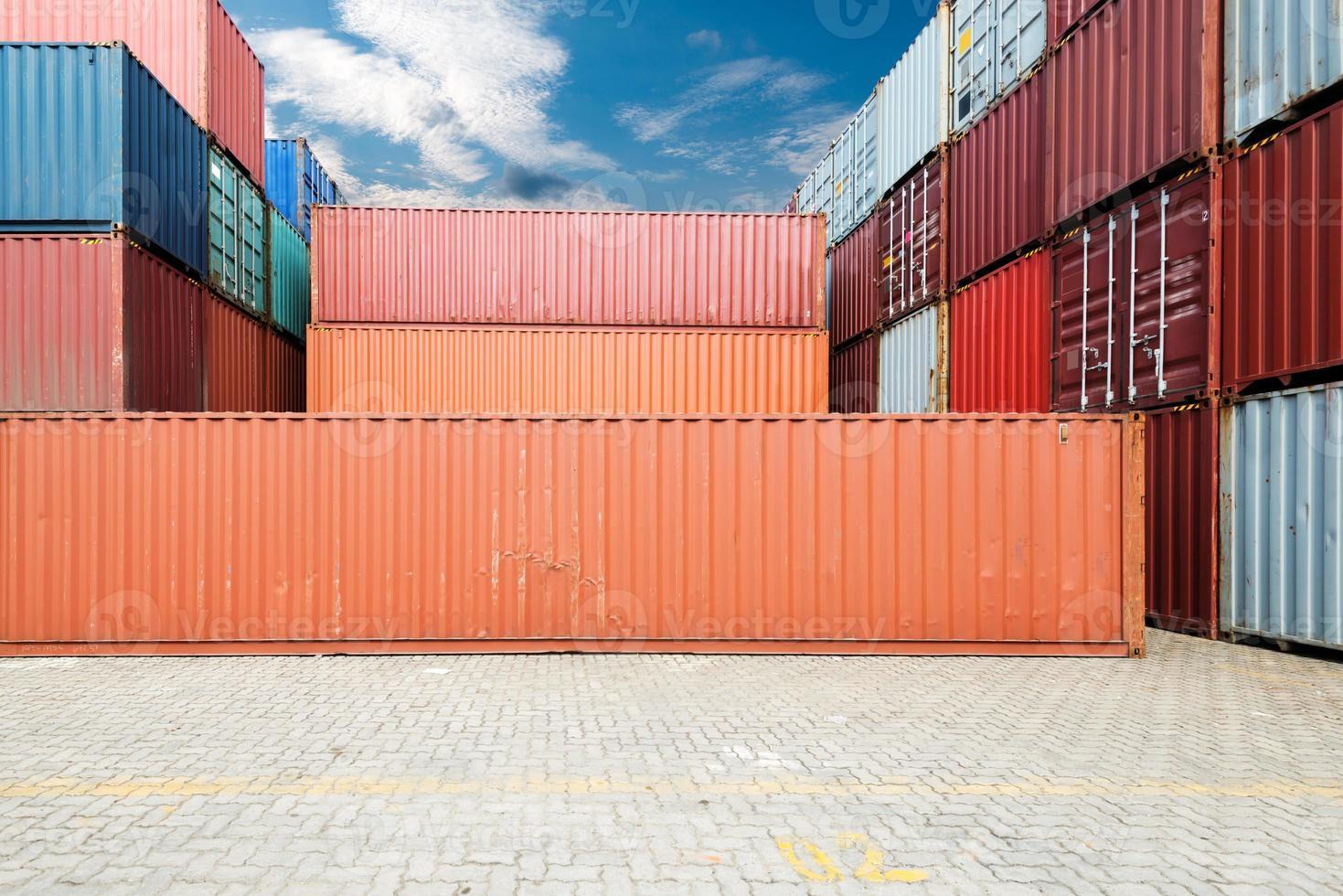 pila de contenedores de carga en los muelles foto