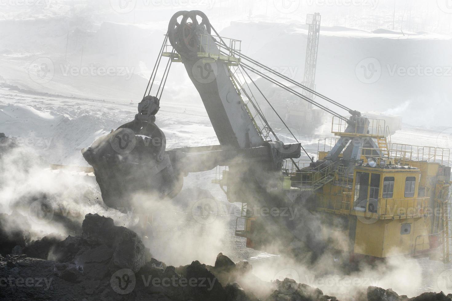 excavadora de minas en el trabajo foto