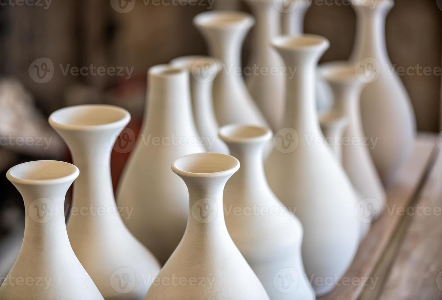 estantería con vajilla de cerámica foto