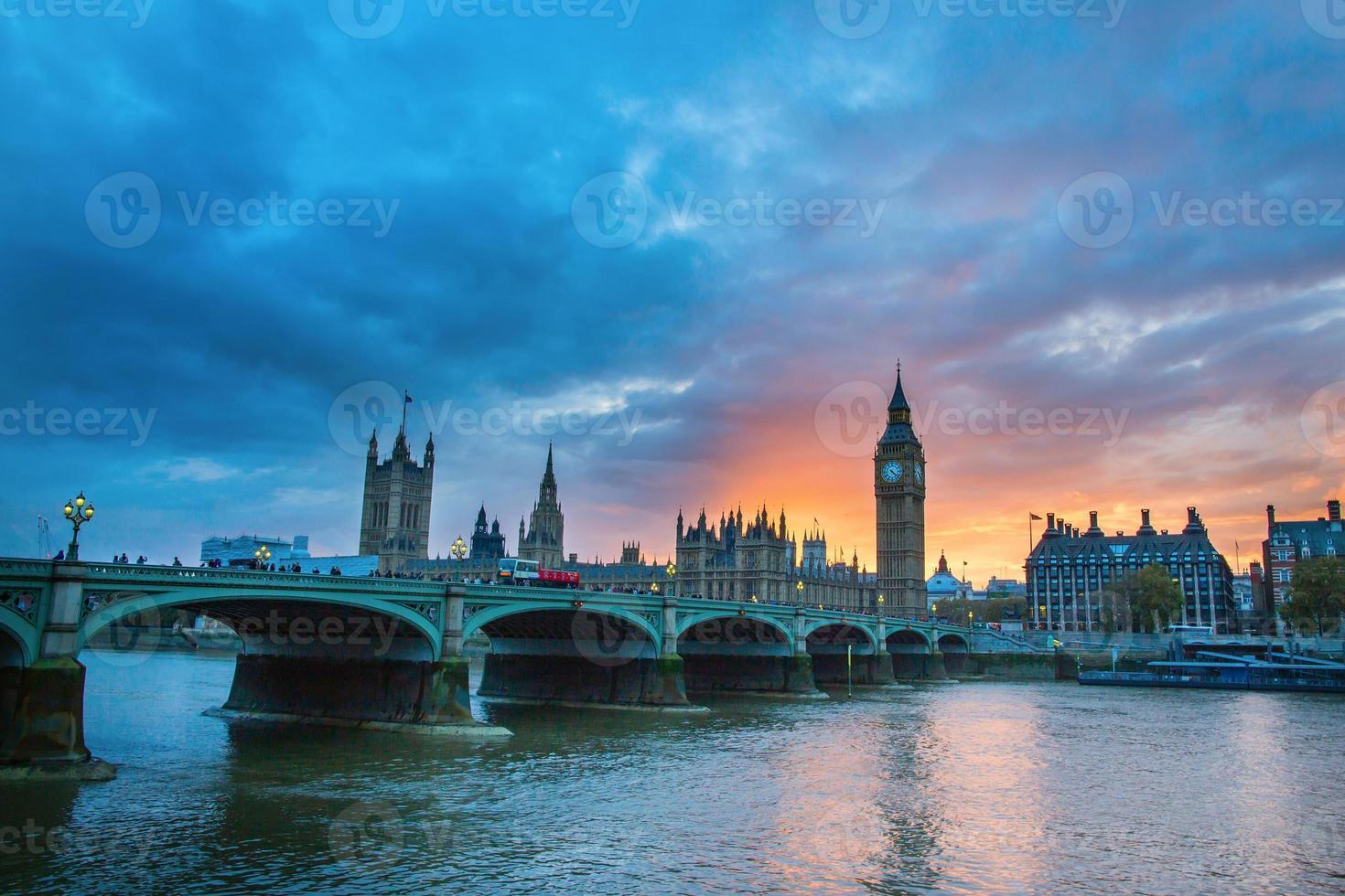 Big Ben y Westminster Bridge al atardecer foto