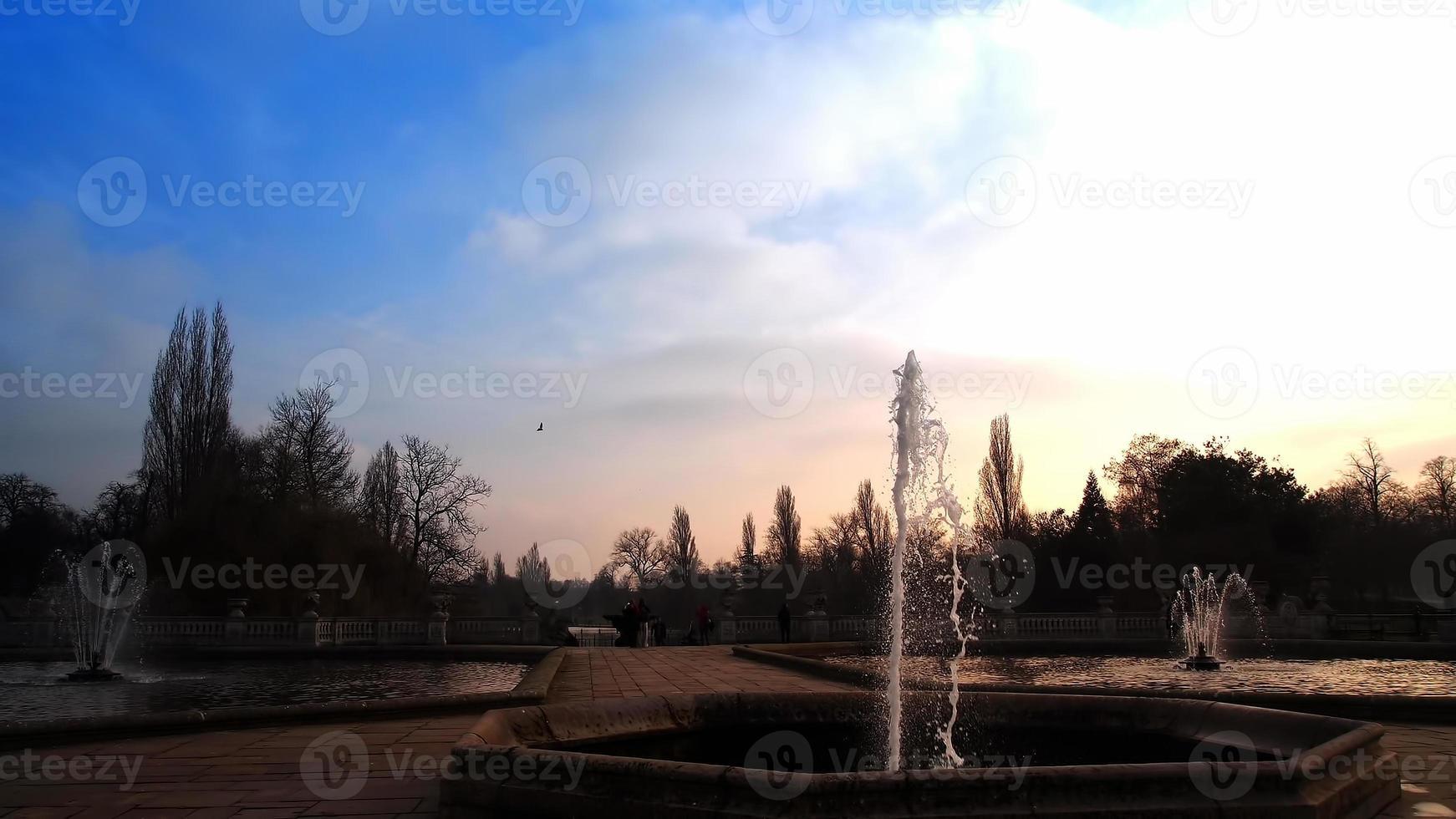 fuente en los jardines de kensington al atardecer foto