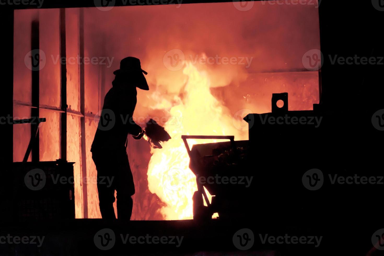 Hombre trabajando en las salpicaduras de hierro fundido - imagen de stock foto