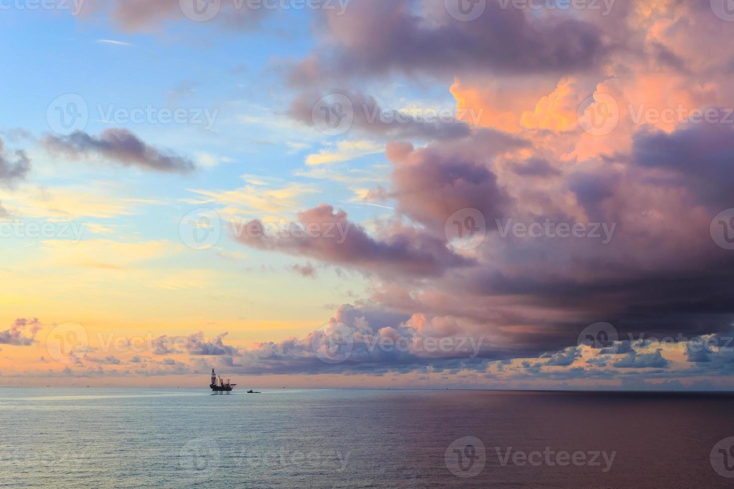 plataforma de perforación en alta mar en el medio del océano foto