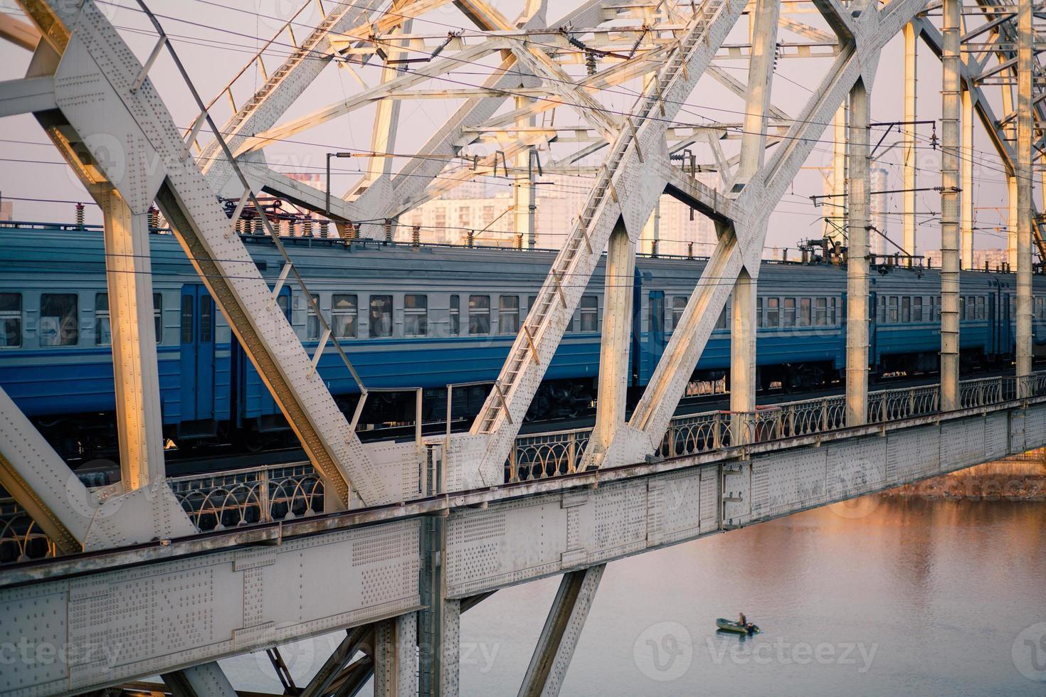 entrenar en el puente ferroviario a través del río dnepr foto