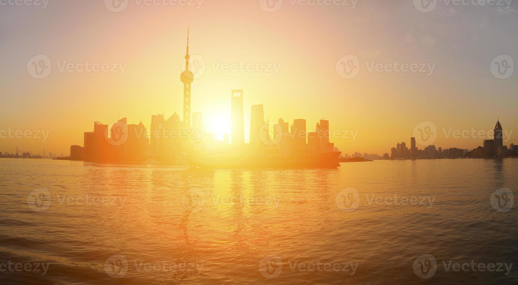 Lujiazui zona de finanzas y comercio del horizonte histórico de Shangai en panorámica foto
