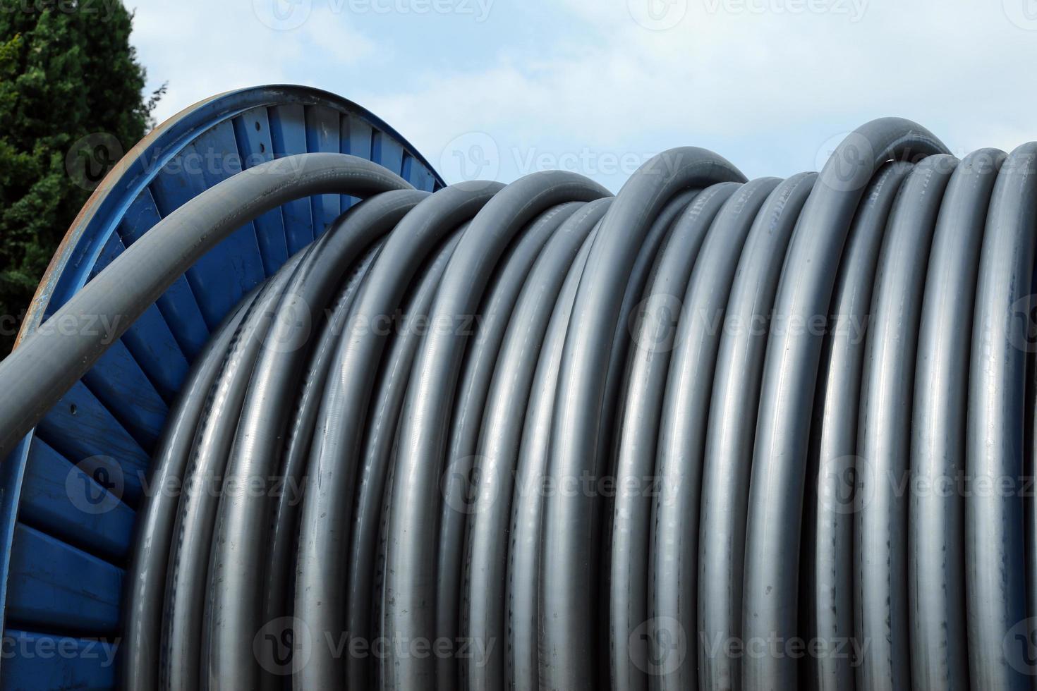 cable de carrete a la infraestructura eléctrica en la planta de energía foto