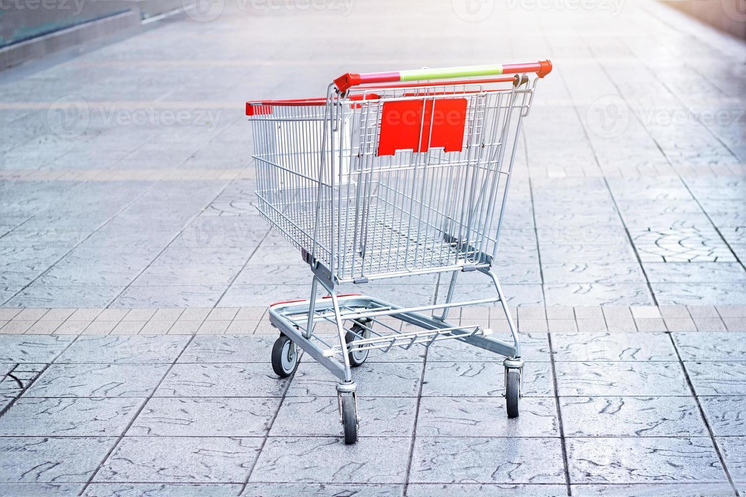 carro de compras vacío en el fondo del piso foto