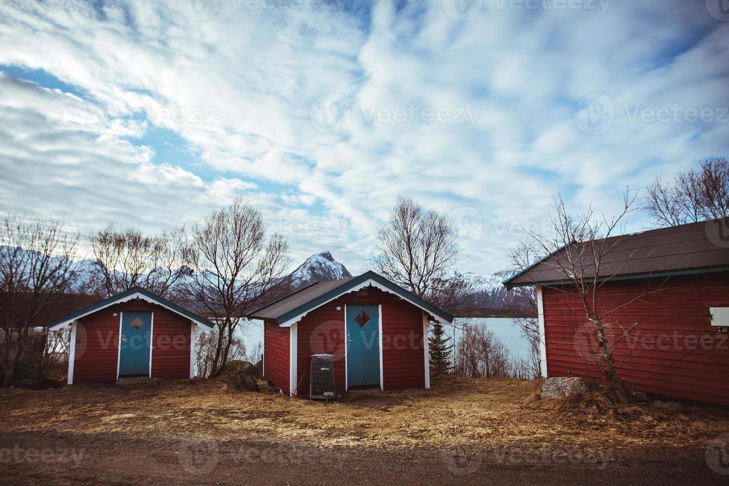 Típica casa roja cerca de la costa del mar en Noruega foto