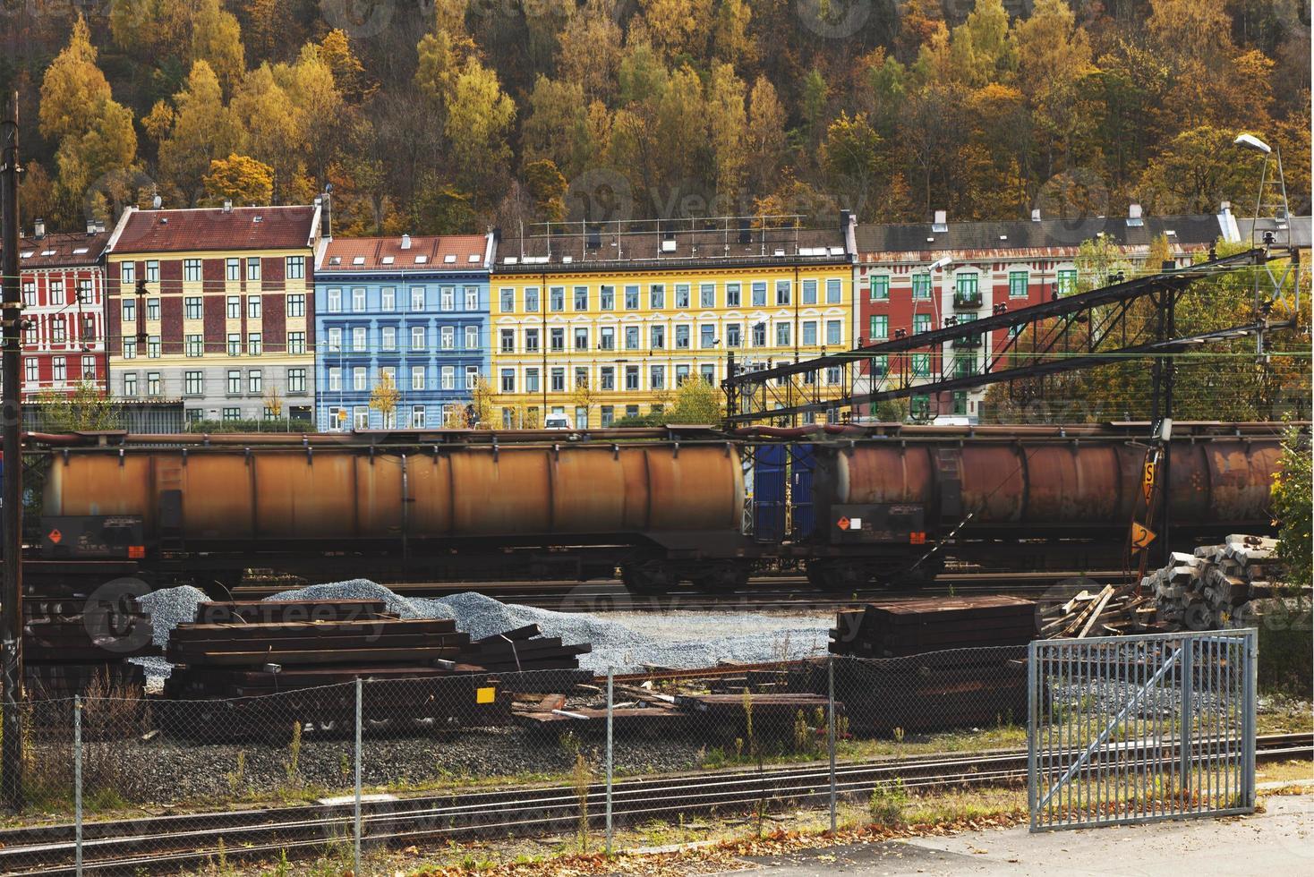 coloridos edificios a lo largo de la vía del tren. foto